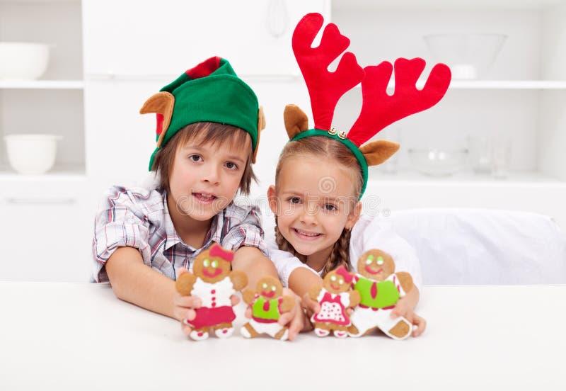 TARGET997_1_ dekorujących piernikowych ludzi szczęśliwi dzieciaki obrazy stock