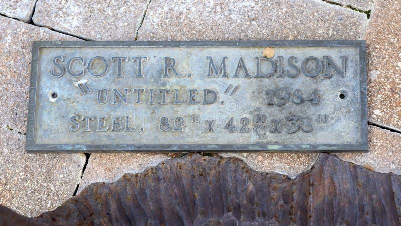 Targhetta informativa per 'senza titolo', scultura in acciaio di Scott R Madison situata nel campus della Scuola di Medicina di U fotografia stock