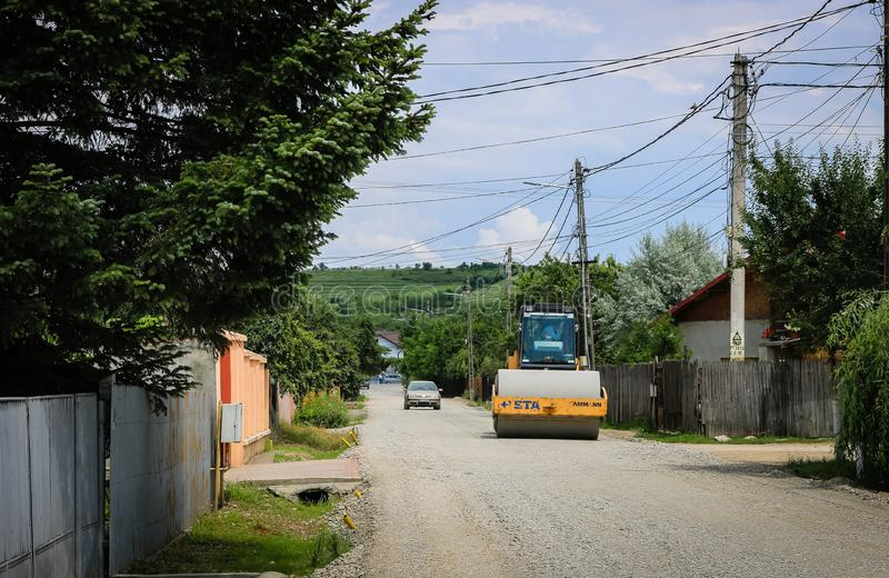 Targoviste,罗马尼亚- 2019年 在运转在新的路工地工作的压路机的大看法 免版税图库摄影