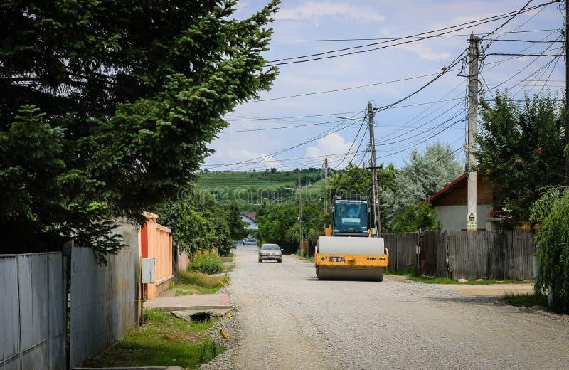 Targoviste, Roumanie - 2019 Grande vue sur les rouleaux de route travaillant au nouveau site de construction de routes photographie stock libre de droits