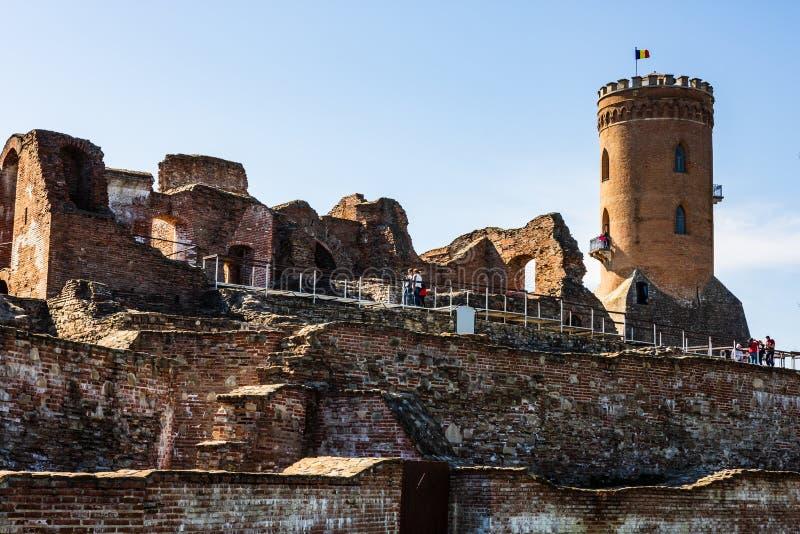 Targoviste, Roumanie - 2019 Les gens visitant la cour royale de la tour de Targoviste et de Chindia images stock