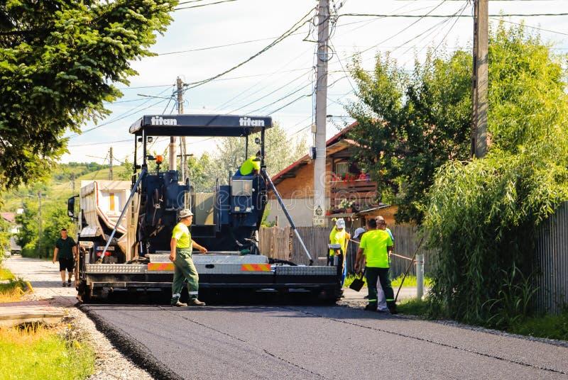 Targoviste, Rumania - 2019 Trabajadores en una construcci?n de carreteras, una industria y un trabajo en equipo Construcción de u foto de archivo