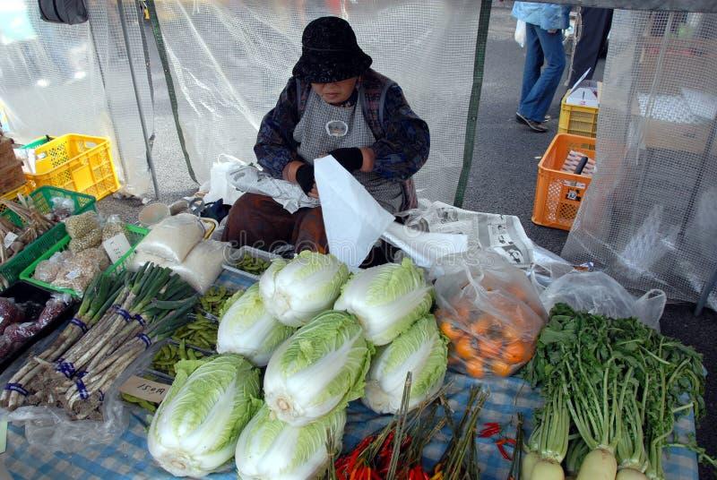 Targowi kobiety sprzedawania warzywa fotografia royalty free