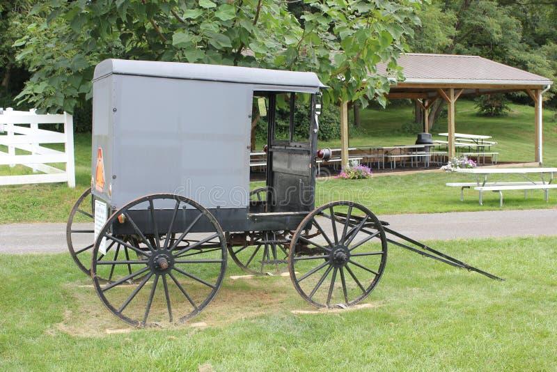 Targowy furgonu powozik przy Amish wioską obrazy royalty free