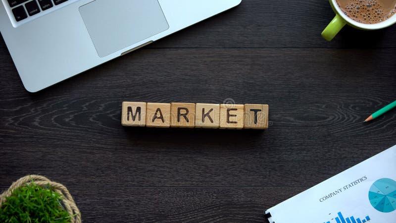 Targowy słowo robić sześciany, akcyjna mapa, przyrost i zmniejszanie inwestycje, zdjęcia royalty free