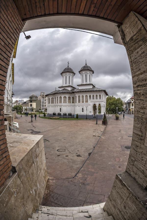 TARGU-JIU, ROMANIA-OCTOBER 08 :专区正方形的圣洁国王教会2014年10月08日 库存照片