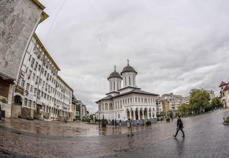 TARGU-JIU, ROMANIA-OCTOBER 08 :专区正方形的圣洁国王教会2014年10月08日 免版税库存图片