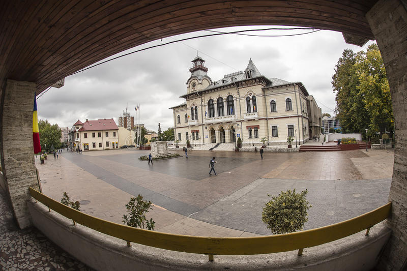 TARGU-JIU, ΡΟΥΜΑΝΊΑ 8 ΟΚΤΩΒΡΊΟΥ: Νομαρχιακό διαμέρισμα Gorj και το μνημείο Ecaterina Teodoroiu στις 8 Οκτωβρίου 2014 σε targu-Jiu στοκ φωτογραφίες με δικαίωμα ελεύθερης χρήσης
