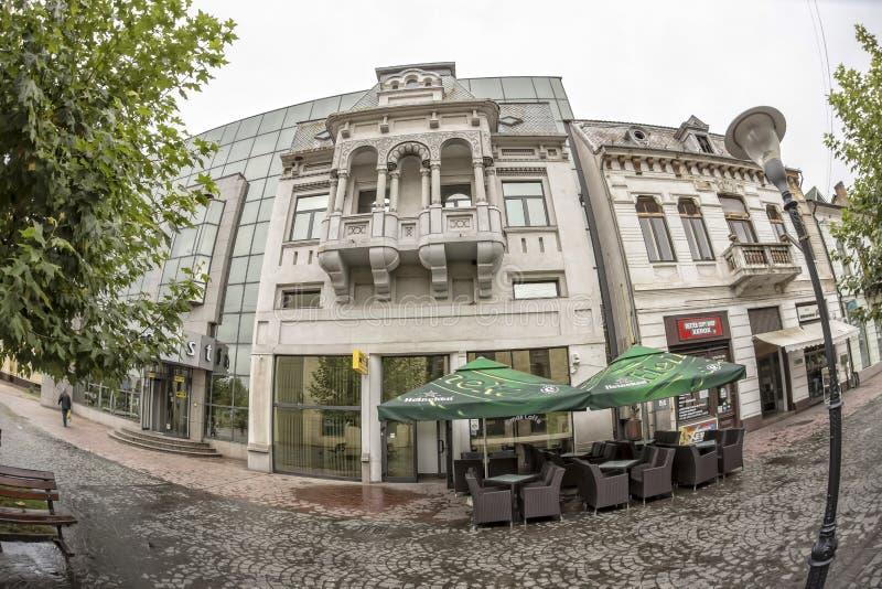 TARGU-JIU, 08 ROEMENIË-OKTOBER: Gebouwen in het oude stadscentrum op 08 Oktober, 2014 in targu-Jiu stock foto