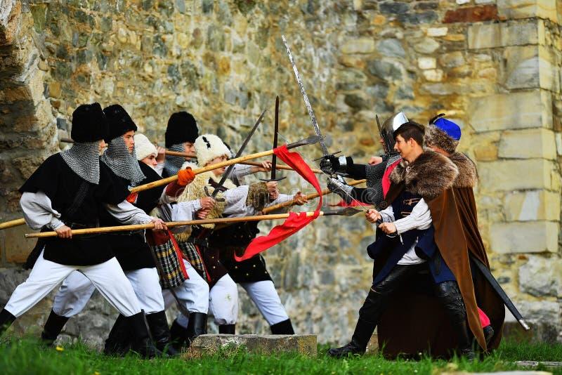 Targu Neamt,罗马尼亚, 2018年5月6日:佩带老中世纪军用设备的男孩战斗作为传统 免版税库存图片