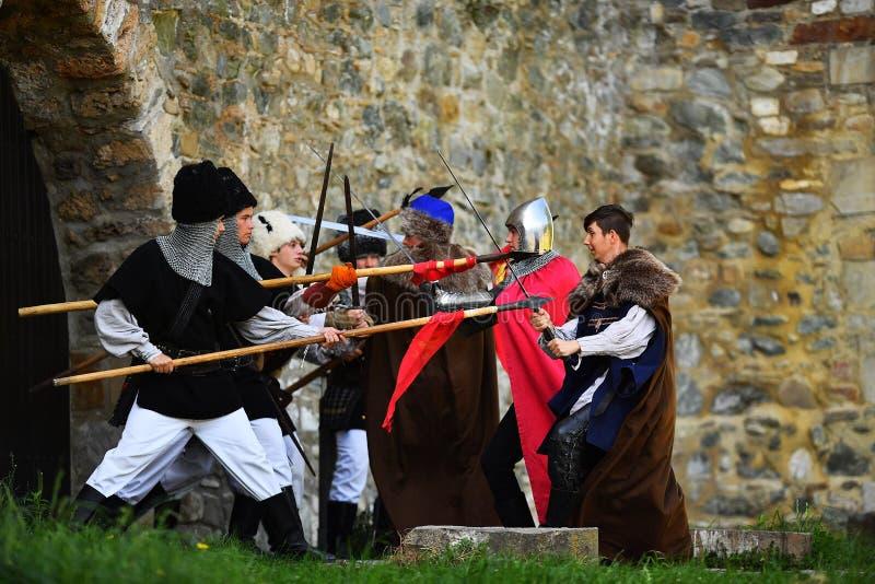 Targu Neamt,罗马尼亚, 2018年5月6日:佩带老中世纪军用设备的男孩战斗作为传统 免版税库存照片