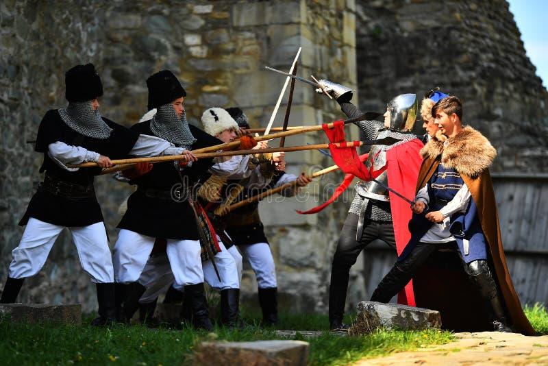 Targu Neamt, Roemenië, 6 Mei, 2018: De jongen die oude middeleeuwse militaire uitrusting dragen vecht als traditie royalty-vrije stock afbeelding