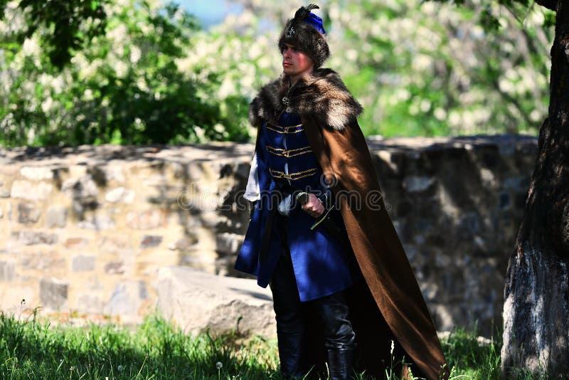 Targu Neamt, Romania, il 6 maggio 2018: Il ragazzo che indossa la vecchia attrezzatura militare medievale sta combattendo come tr immagine stock