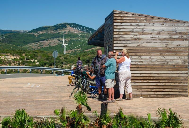 TARIFA, ANDALUSIA/SPAIN: AM 18. SEPTEMBER: Birdwatchers am Cazalla-Uhrpunkt Tarifa, Provence Cadiz, Spanien am 18. September 2016 stockfotografie