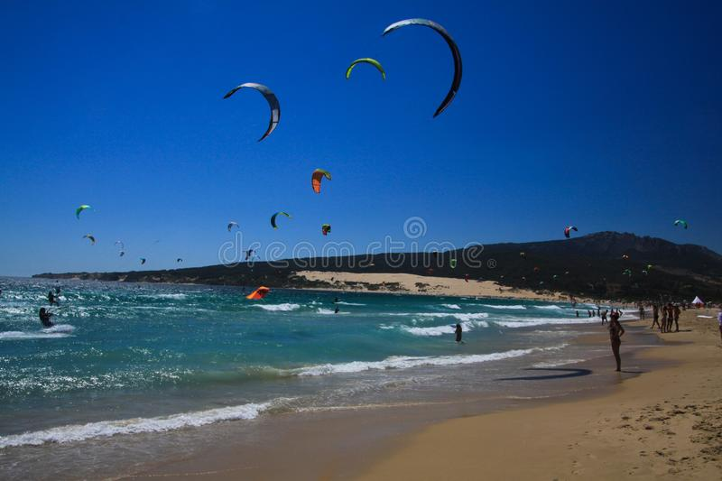 TARIFA COSTA DE LA LUZ, PLAYA DE BOLONIA, SPANJE - JUNI, 18 2016: Vliegersurfers op het strand in Spanje stock afbeeldingen