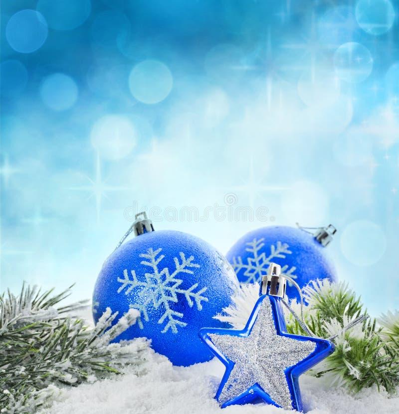 Tarjeta azul de las chucherías del invierno de la Navidad fotografía de archivo libre de regalías