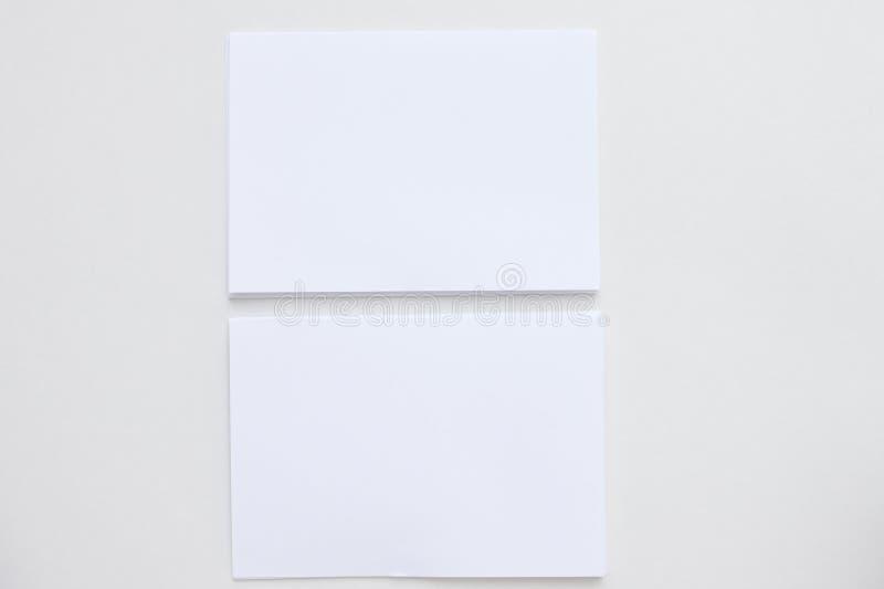 Tarjeta blanca del espacio en blanco del negocio colocada en la visión de escritorio imagenes de archivo