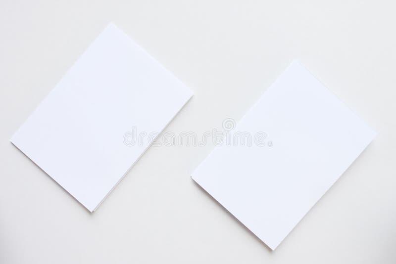 Tarjeta blanca del espacio en blanco del negocio colocada en la visión de escritorio fotos de archivo