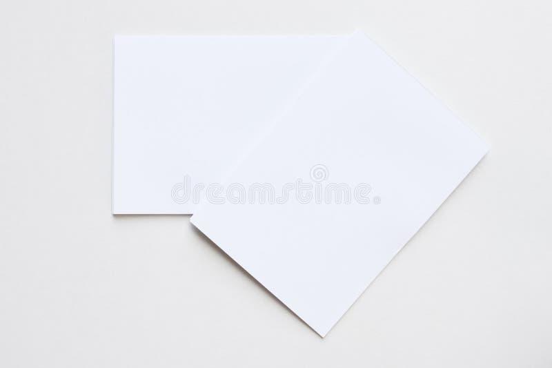 Tarjeta blanca del espacio en blanco del negocio colocada en la visión de escritorio fotografía de archivo libre de regalías