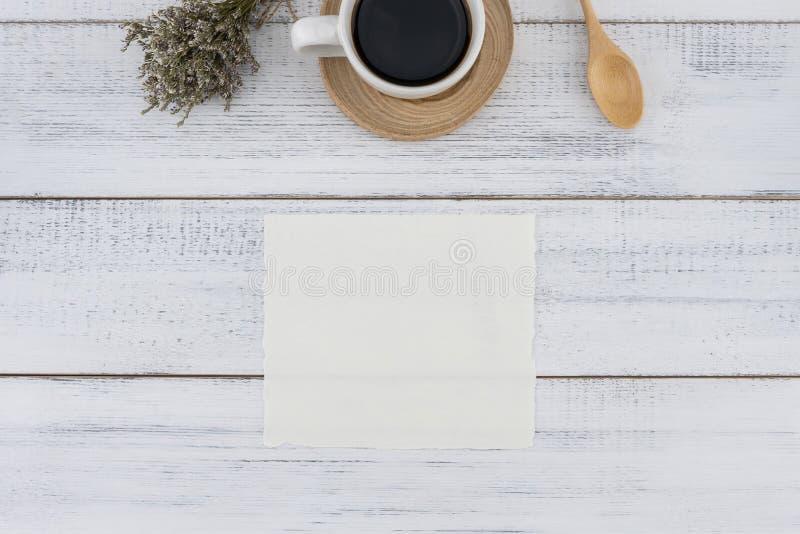 Tarjeta blanca en blanco y una taza de café con el ramo del caspia fotos de archivo