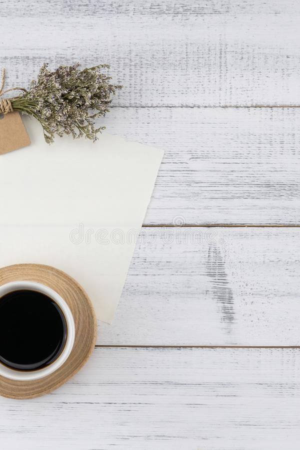 Tarjeta blanca en blanco y una taza de café con el ramo del caspia foto de archivo libre de regalías
