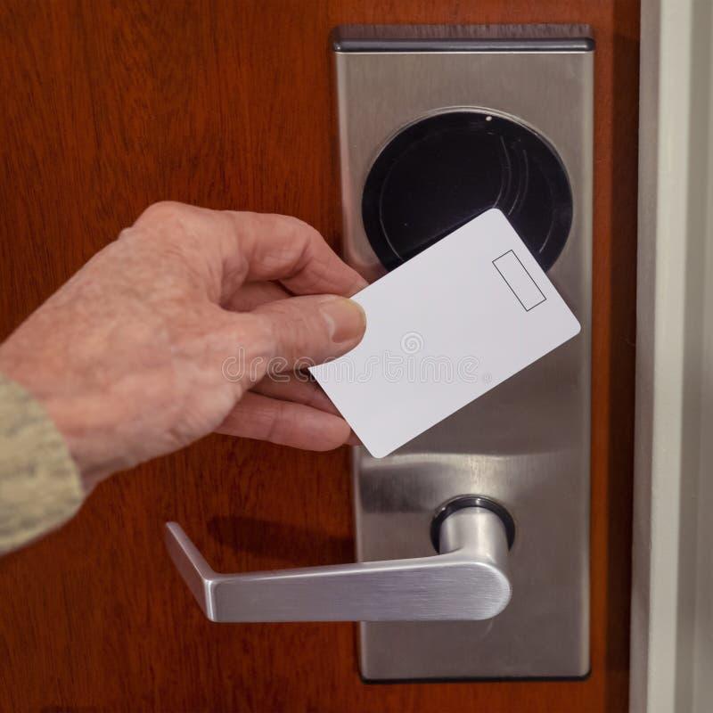 Tarjeta clave de acceso al hotel que se gira a mano imagenes de archivo
