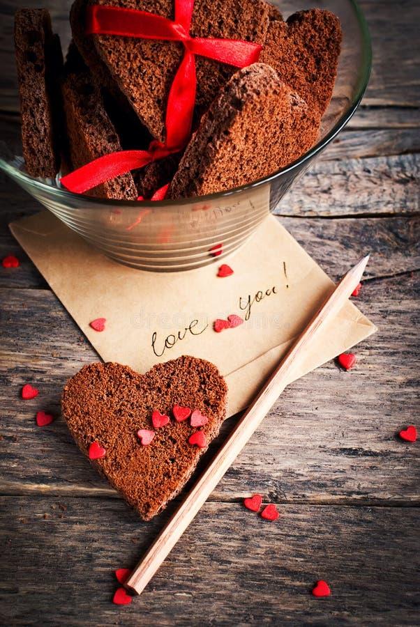 Tarjeta con amor del mensaje galletas usted y del chocolate fotos de archivo
