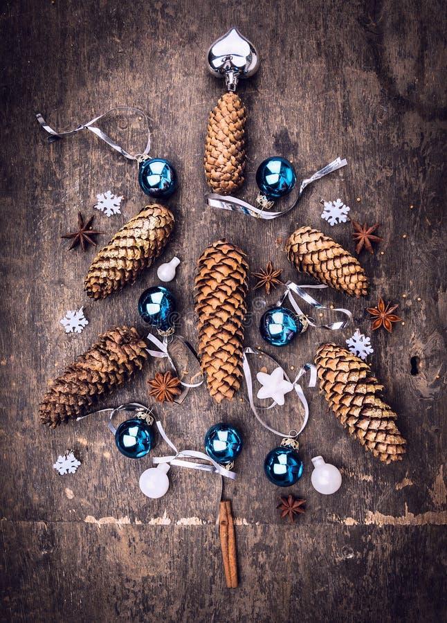 Tarjeta con el árbol de navidad de la decoración: cono de abeto, bolas, copo de nieve imágenes de archivo libres de regalías
