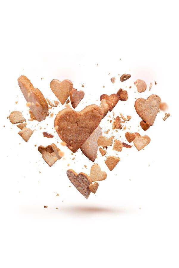 Tarjeta con la galleta quebradiza del vuelo en la forma del corazón fotos de archivo