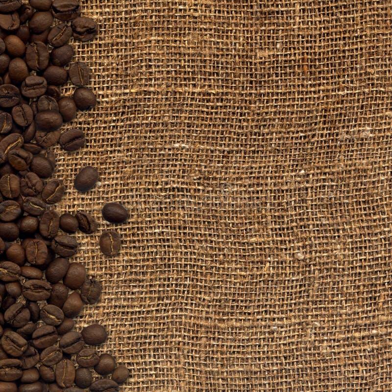 Tarjeta con los granos de café en fondo del despido stock de ilustración
