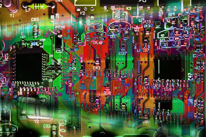 Tarjeta de circuitos electrónicos abstracta multicolora imagen de archivo