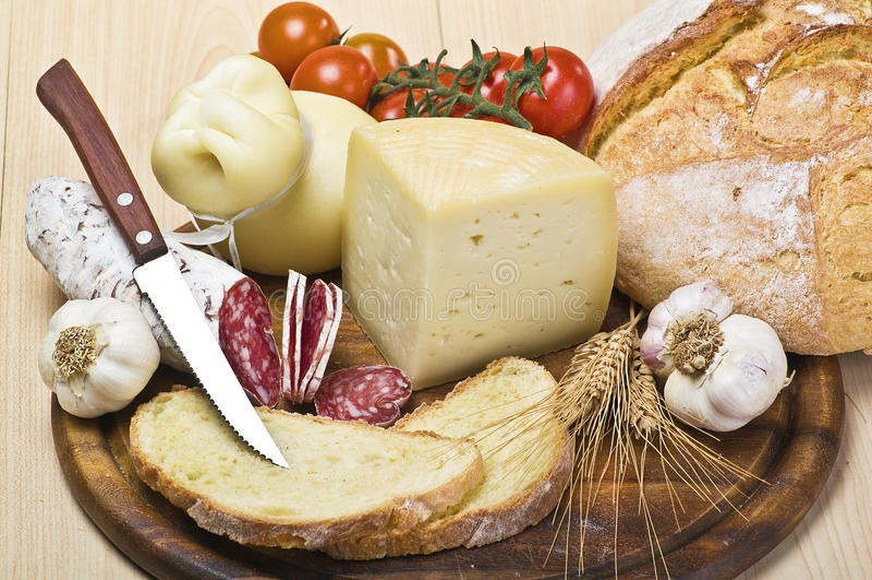 Tarjeta de corte con el queso, salami foto de archivo libre de regalías