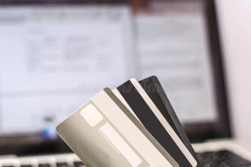 Tarjeta de crédito con el comercio electrónico de la demostración del monitor, transacción en línea imágenes de archivo libres de regalías