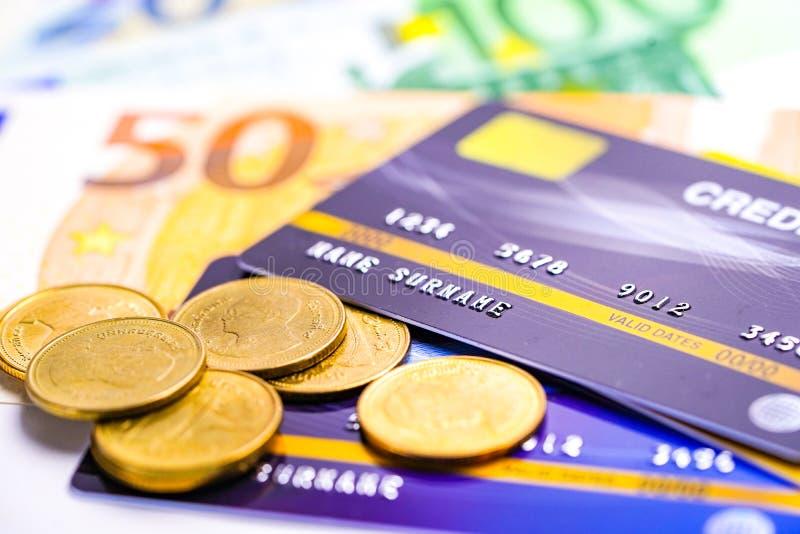Tarjeta de crédito con las monedas y los billetes de banco del euro: Desarrollo financiero, contabilidad, estadísticas, datos ana foto de archivo
