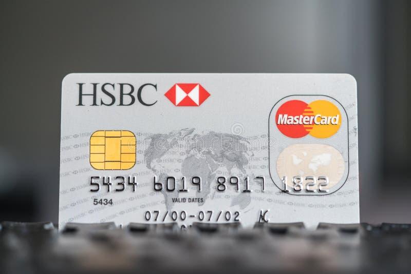 Tarjeta de crédito de HSBC Mastercard en un teclado fotografía de archivo libre de regalías