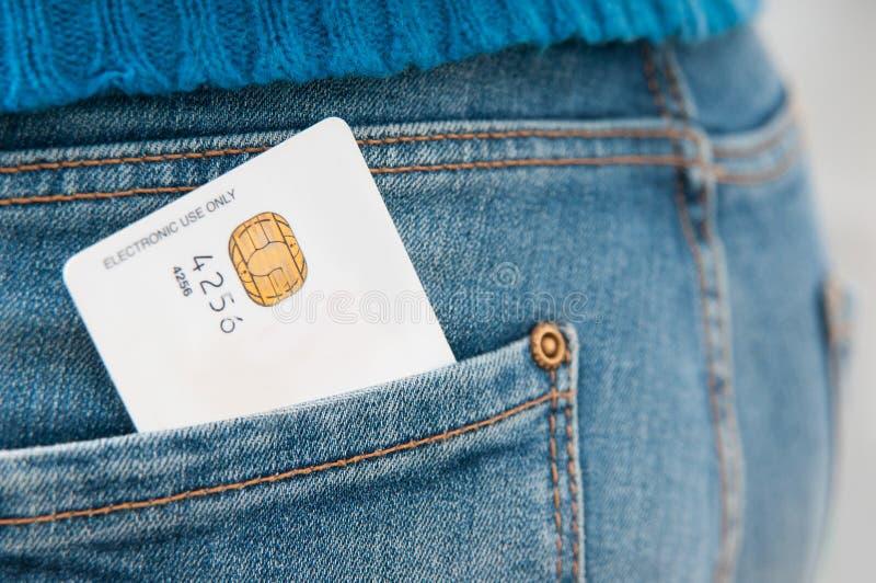 Tarjeta de crédito en el bolsillo fotografía de archivo libre de regalías