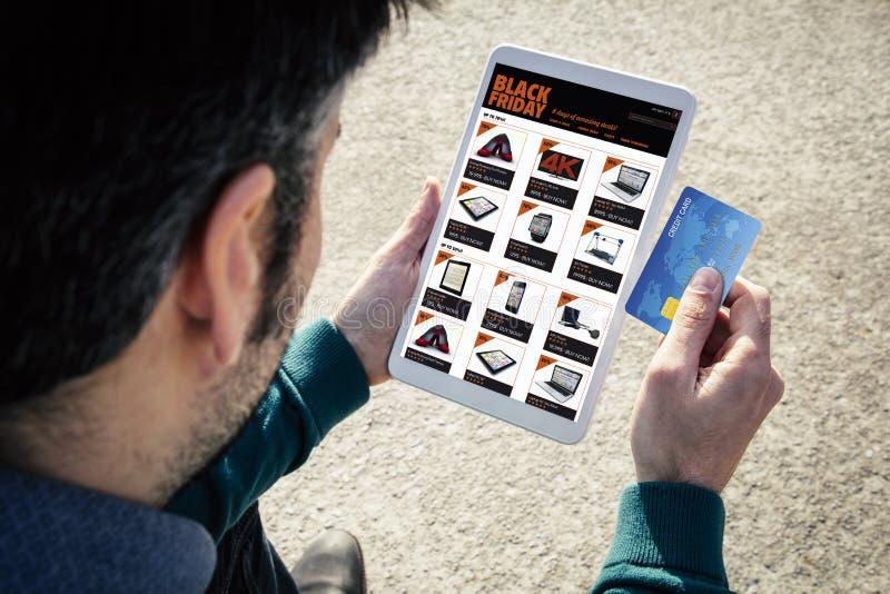 tarjeta de crédito en línea de la tableta de viernes del negro de las compras imagen de archivo libre de regalías