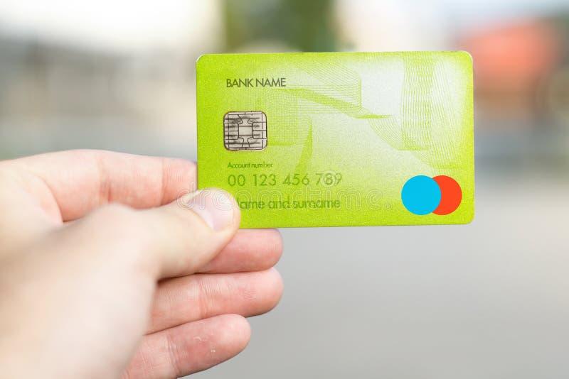 tarjeta de crédito en la mano masculina del ` s fotos de archivo