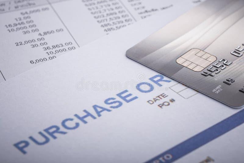 Tarjeta de crédito en orden de compra en la oficina Para financiero o los BU imagen de archivo