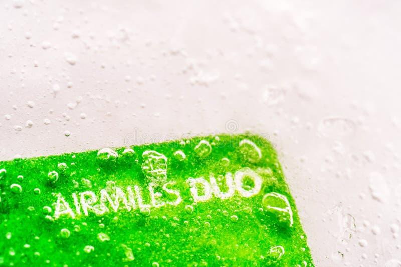 Tarjeta de débito congelada hielo del crédito del dúo de Airmiles de la opinión del primer foto de archivo