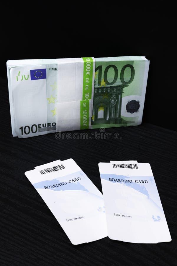 tarjeta de embarque y dinero del efectivo imagen de archivo libre de regalías