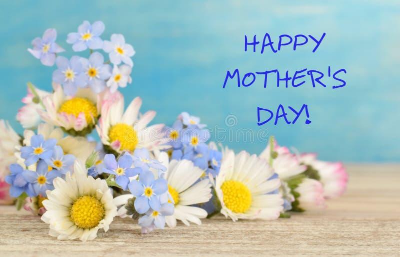 Tarjeta de felicitación al día de madres con las flores del prado imagen de archivo