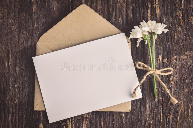 Tarjeta de felicitación blanca en blanco con el sobre marrón imagen de archivo libre de regalías