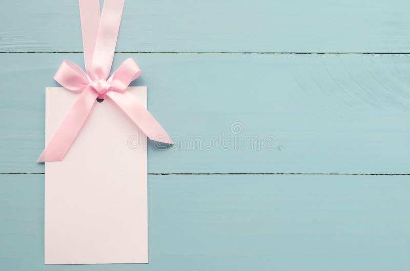 Tarjeta de felicitación blanca en blanco con la cinta rosada imagenes de archivo