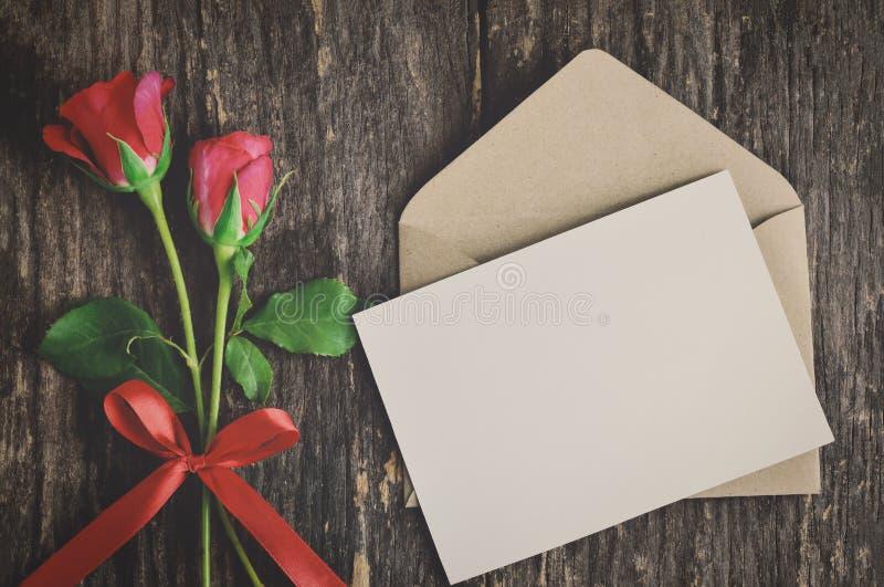 Tarjeta de felicitación blanca en blanco con la rosa del rojo foto de archivo libre de regalías