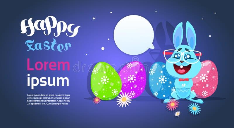 Tarjeta de felicitación con el conejo lindo y los huevos coloreados, Bunny At Happy Holiday Poster divertido de Pascua ilustración del vector