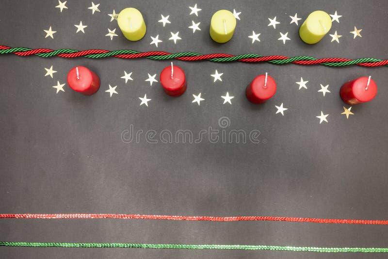Tarjeta de felicitación con Feliz Navidad del partido de la decoración y Feliz Año Nuevo fotos de archivo
