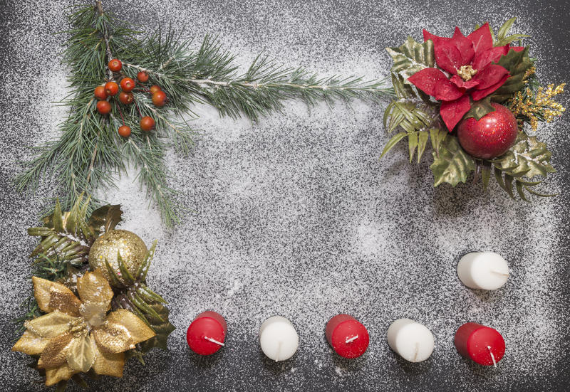 Tarjeta de felicitación con la decoración festiva en el fondo de la nieve que simula el azúcar imagen de archivo