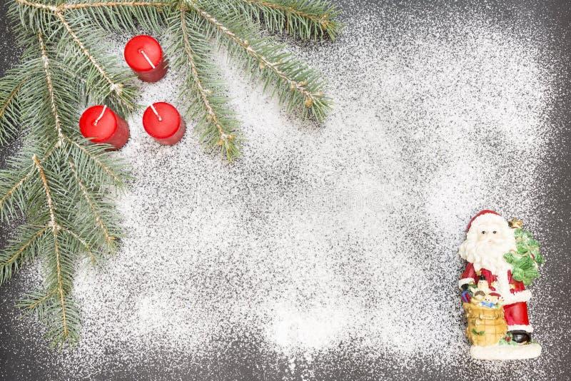 Tarjeta de felicitación con la decoración festiva en el fondo de la nieve que simula el azúcar fotografía de archivo