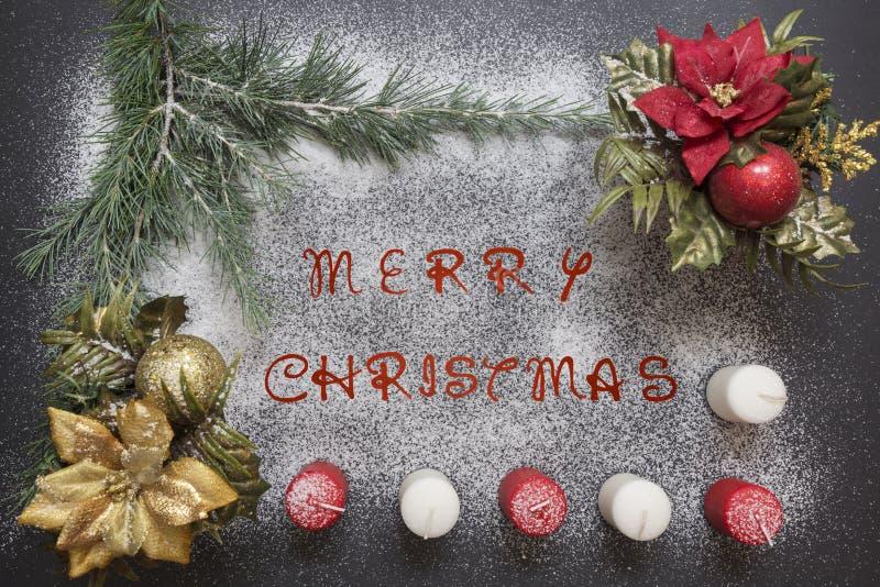 Tarjeta de felicitación con la decoración y el texto festivos - Feliz Navidad fotos de archivo libres de regalías